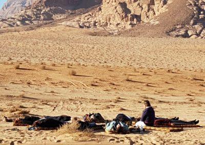 reflectie bezinnen bewustzijn retraite yoga woestijn